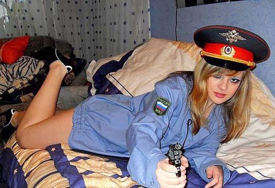 Трахнули сотрудницу русской полиции, симпатичные пышные тетки